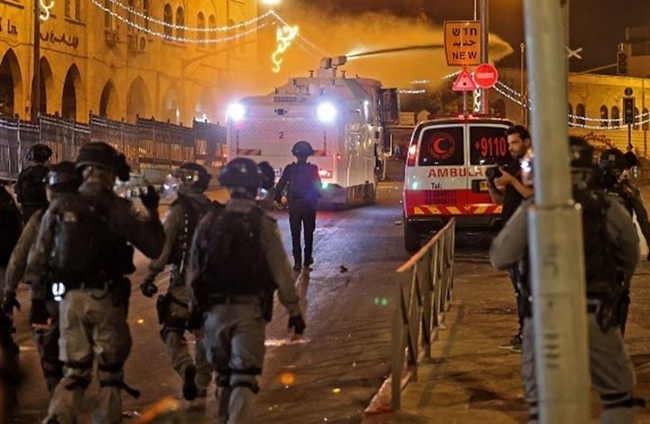 الاحتلال يعتدي بوحشية على فلسطيني في باب العامود (شاهد)
