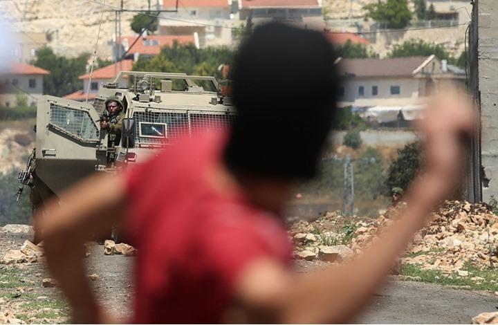 مواجهات عنيفة بالبيرة وإطلاق نار وإصابة جنديين من الاحتلال (شاهد)