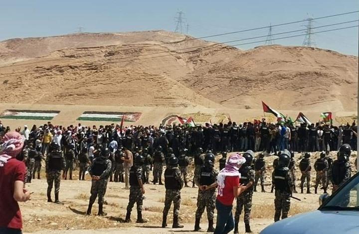 شبان أردنيون يصلون آخر نقطة حدودية مع فلسطين المحتلة (فيديو)