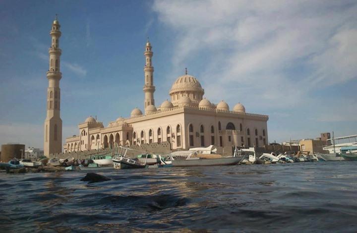 جدل بعد قيام راقصة بأخذ صور داخل مسجد بالغردقة المصرية