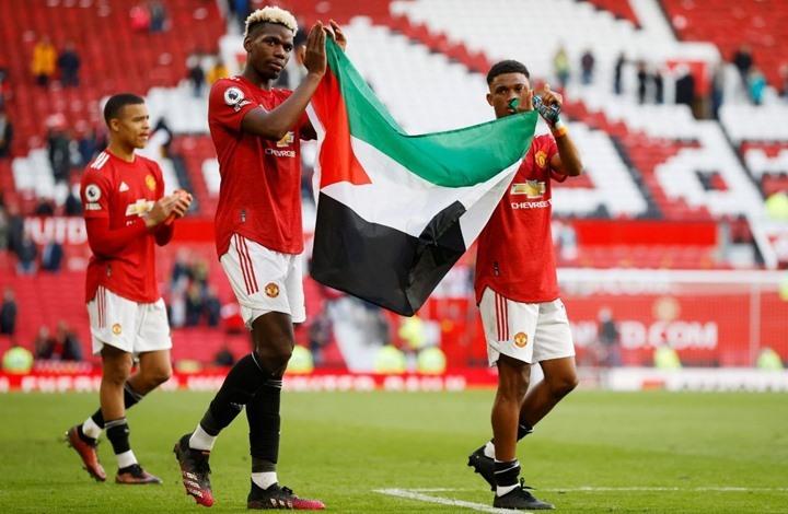 بوغبا وتراوري يحملان علم فلسطين بملعب أولد ترافورد (شاهد)