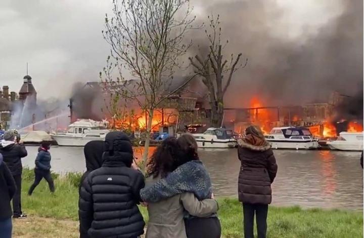 حريق هائل في لندن يدمر مركبين تاريخيين بنهر التايمز (شاهد)