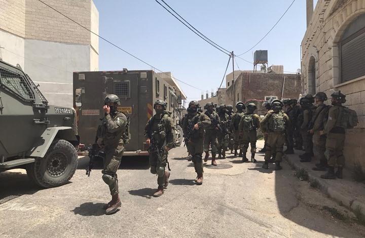 """الاحتلال يواصل حصار """"عقربا"""" ويداهم المنازل ويقتحم مسجدا"""