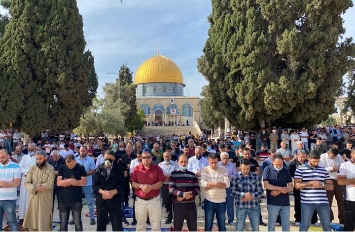 70 ألفا يؤدون الجمعة الأخيرة بالأقصى رغم إجراءات الاحتلال