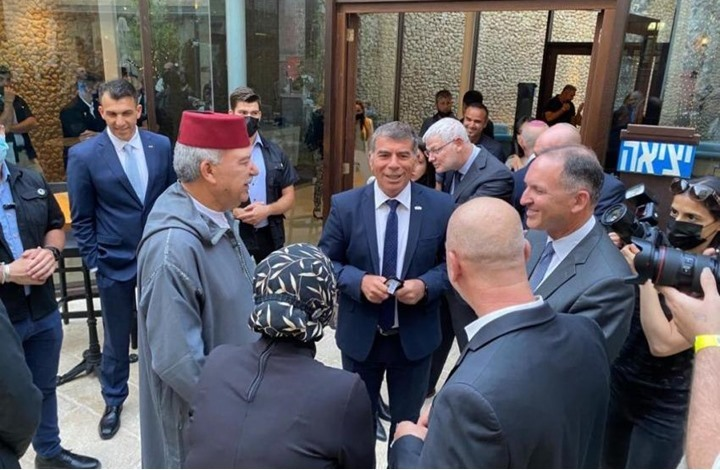 استهجان بالأردن بعد حضور سفيره مأدبة لرئيس الاحتلال