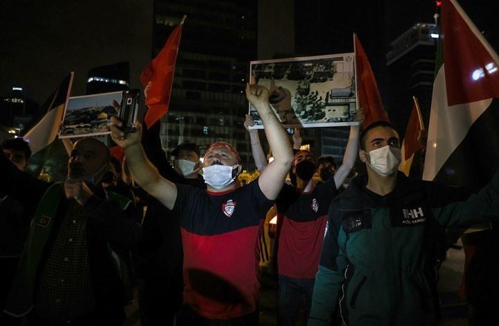 أتراك يتظاهرون أمام قنصلية الاحتلال باسطنبول نصرة للأقصى (شاهد)