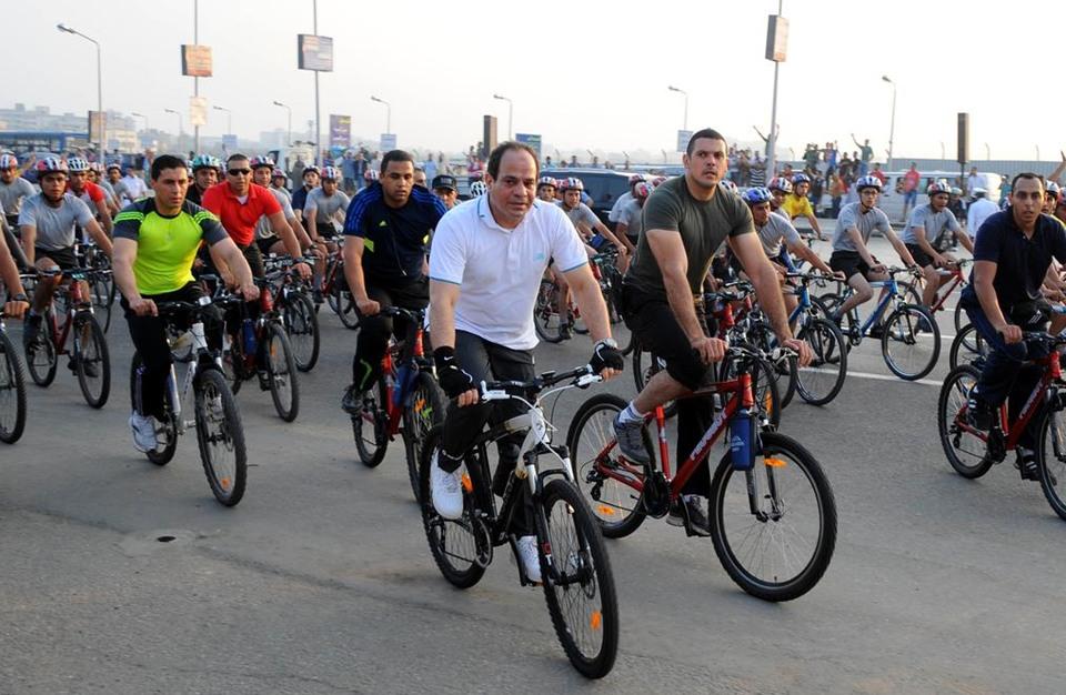 السيسي على دراجة هوائية في خضم أزمة سد النهضة (فيديو)