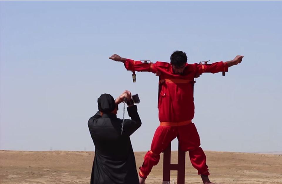 لأول مرة.. تنظيم الدولة يقطع أوصال ''جاسوس'' قبل إعدامه