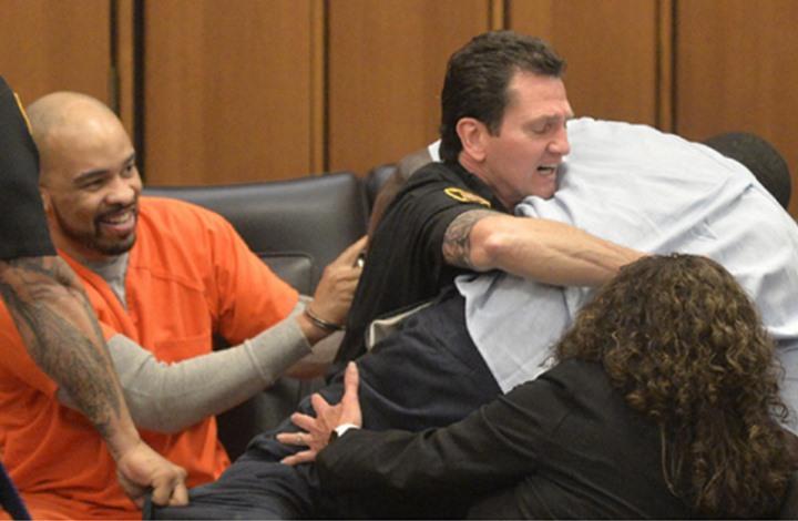 أب مكلوم يحاول الفتك بمغتصب وقاتل ابنته في المحكمة (فيديو)