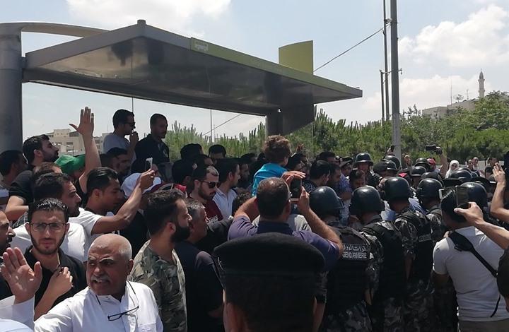 الأمن الأردني يفض بالقوة احتجاجا أمام مقر الحكومة (شاهد)