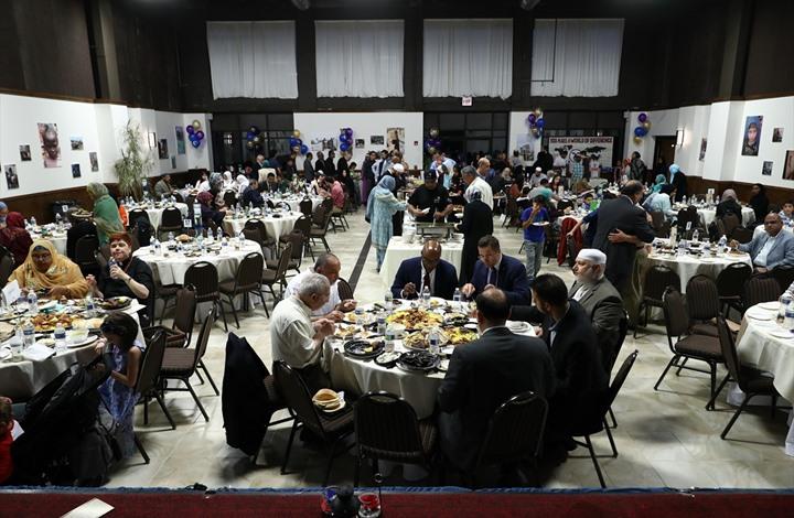 """برنامج إفطار يجمع مئات المسلمين في """"شيكاغو"""" الأمريكية"""