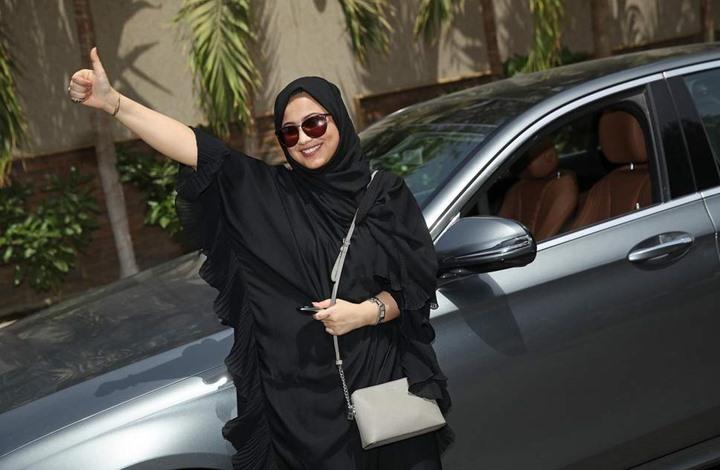 أسواق سعودية تمنع دخول أجنبيات دون عباءة رغم قرارات سماح