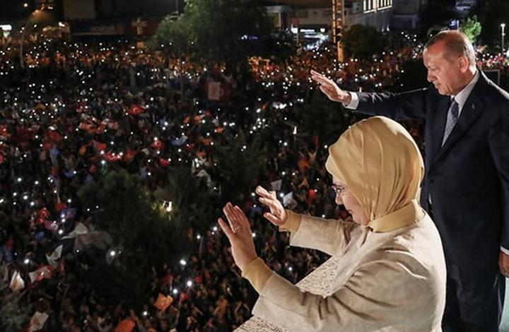 أردوغان وزوجته يتناولان الإفطار بمنزل مواطن تركي (شاهد)
