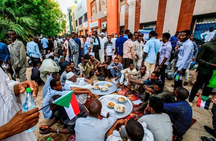 ثوار السودان يستعدون للعيد بالساحات.. هكذا قضوا رمضان (شاهد)