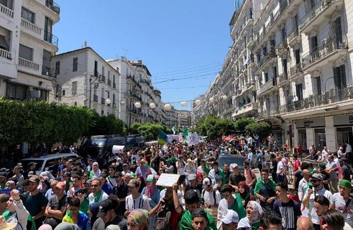 رغم الحرارة المفرطة.. طلبة الجزائر يحتجون للأسبوع الـ21 (شاهد)