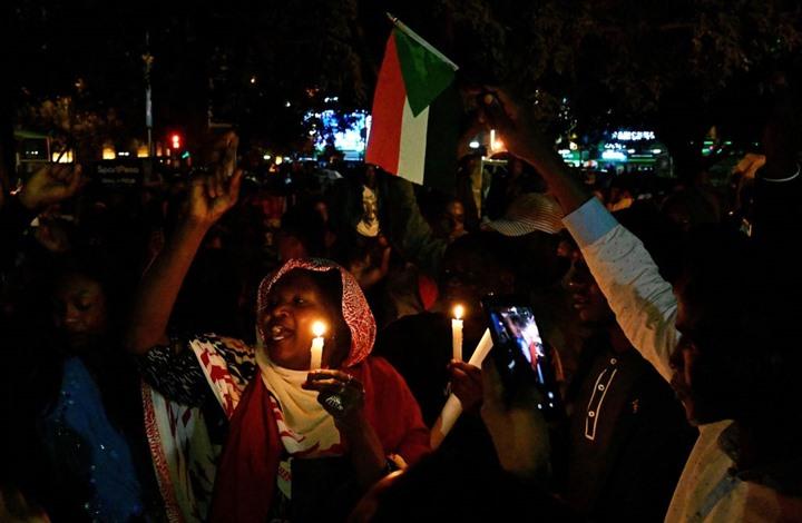 """مظاهرات ليلية بالسودان تطالب بإسقاط """"العسكر"""" وسلطة مدنية"""