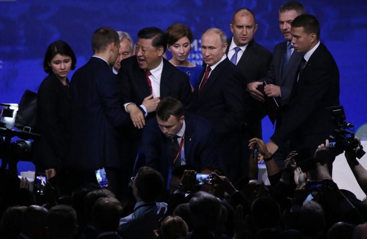 تدخل حراس بوتين ينقذ الرئيس الصيني من السقوط (شاهد)