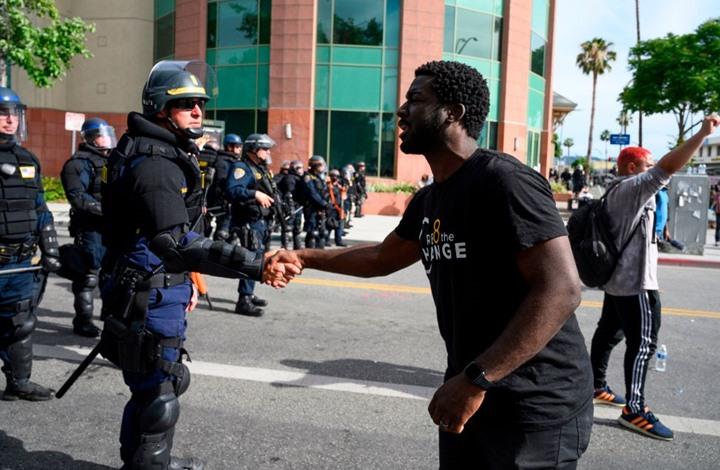 شرطة لوس أنجلوس تتضامن مع فلويد بطريقة مثيرة (شاهد)
