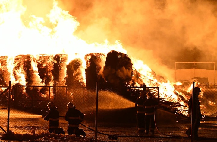 حريق بميناء كويتي يأتي على 3 آلاف سيارة جديدة (فيديو)