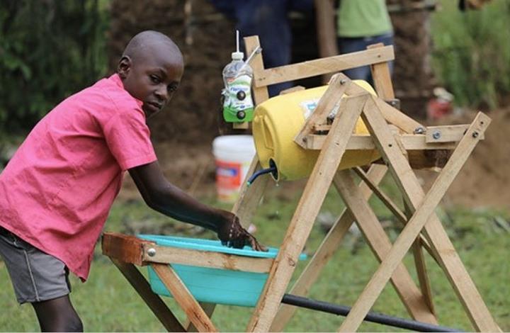 جائزة رئاسية لطفل كيني صنع آلة خشبية لتقليل عدوى كورونا