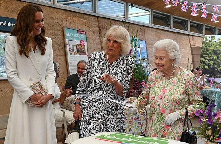 تفاعل مع حمل الملكة إليزابيث سيفا لقطع كعكة خلال قمة G7 (شاهد)