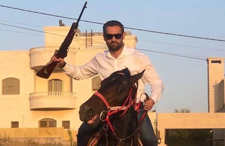نائب أردني مفصول يظهر على متن حصان ورافعا بندقية