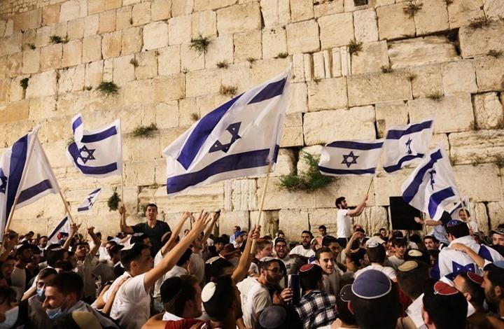 """مسيرة الأعلام تتجه لحائط البراق وتهتف: """"الموت للعرب"""" (شاهد)"""