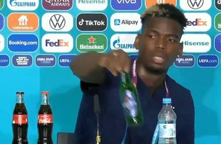 بوغبا يزيل زجاجة مشروب كحولي من أمامه خلال مؤتمر صحفي (شاهد)