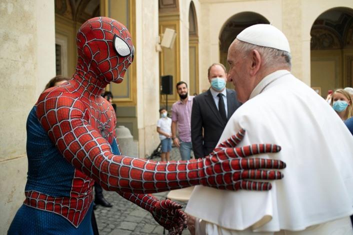 """البابا فرانسيس يلتقي """"سبايدرمان"""" في الفاتيكان"""