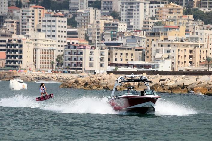 حاشية بحر لبنانية تشحن الأجهزة وتبرد المشروبات