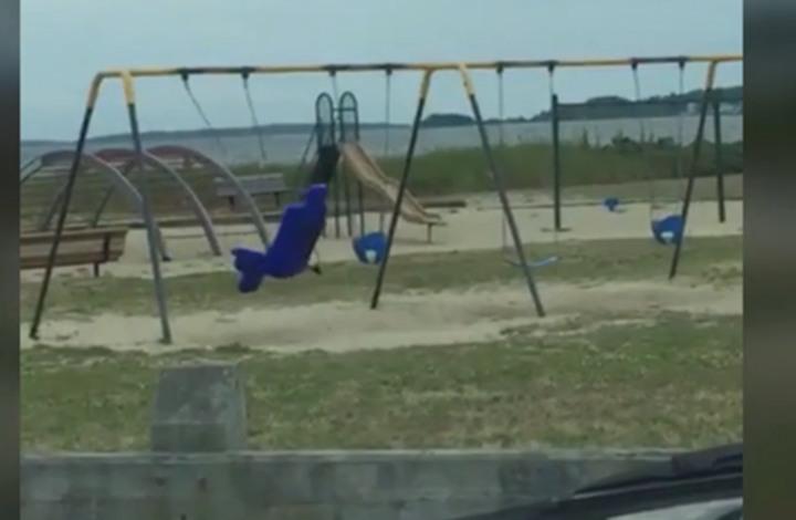 أرجوحة تتحرك وحدها وتثير الرعب (فيديو)