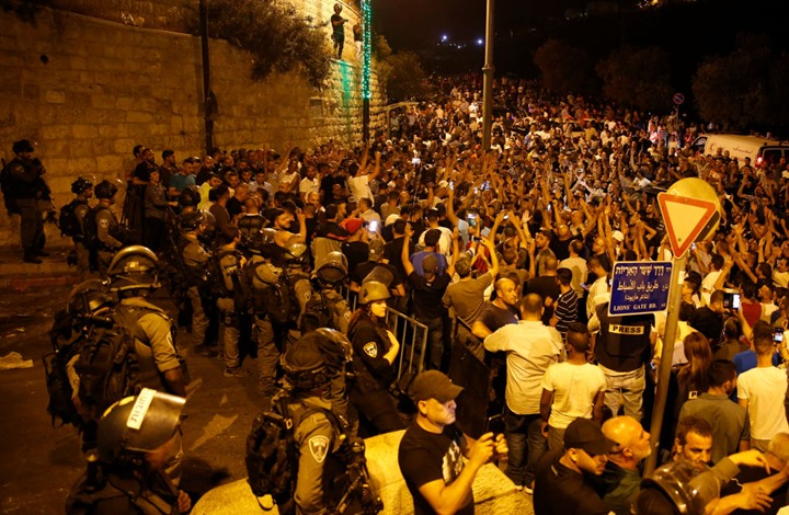 الاحتلال يعتدي على مصلين قرب باب الأسباط بالأقصى (فيديو)