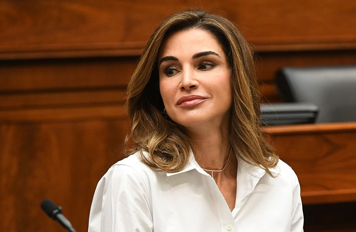 ملكة الأردن تعايد ابنتيها بصورة حازت إعجاب متابعيها