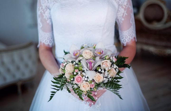 """عروس تفاجئ المشاركين بحفل زفافها وتخرج من """"تابوت"""" (شاهد)"""