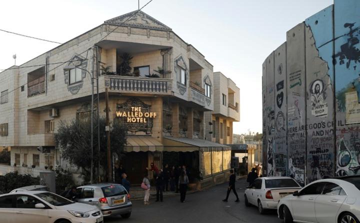 بانكسي يحول ريع مزاد على أحد أعماله لمستشفى فلسطيني