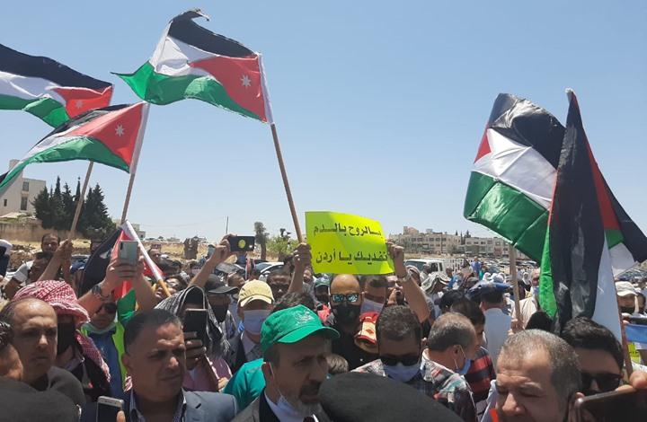 أردنيون يتظاهرون ويطالبون بطرد سفراء أمريكا والاحتلال (شاهد)