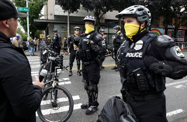 سيارة تدهس متظاهرين بشكل مروّع في سياتل الأمريكية (شاهد)