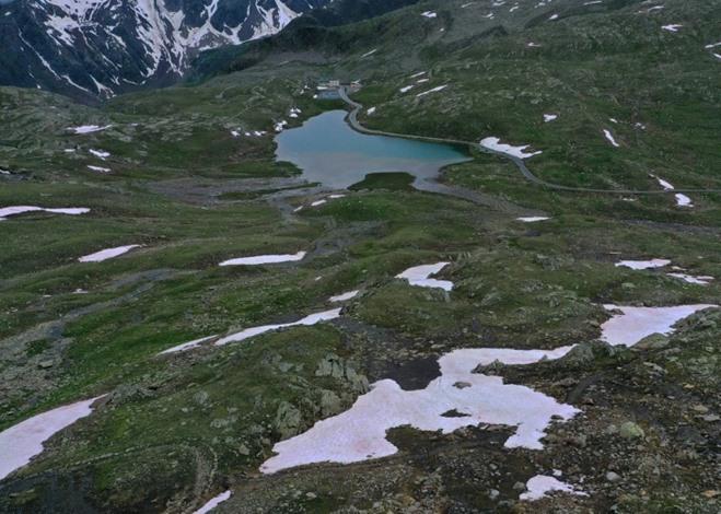 ظهور جليد زهري على جبال الألب الإيطالية.. وعلماء يحققون