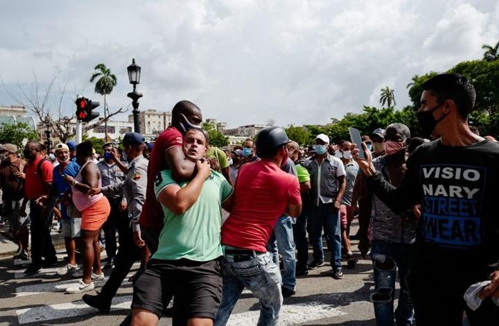 """احتجاجات ضخمة في كوبا.. الرئيس يقطع """"الإنترنت"""" ويتهم أمريكا"""