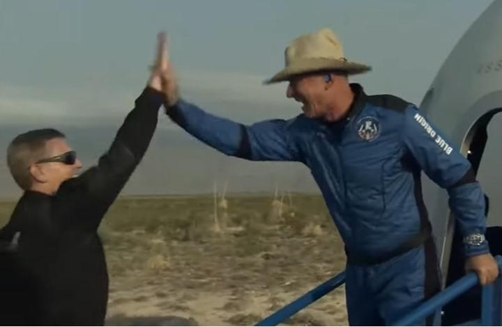 """كبسولة """"بيزوس"""" تعود للأرض بنجاح بعد رحلة إلى الفضاء (فيديو)"""