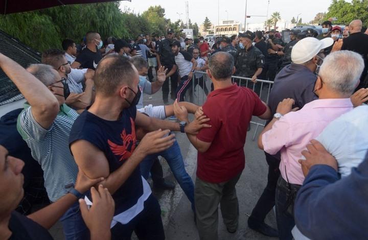 أنصار سعيّد يعتدون على معارضي انقلابه أمام البرلمان (شاهد)
