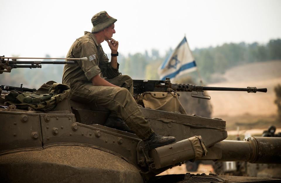 جندي إسرائيلي يسرق سجائر من متجر فلسطيني بالضفة (شاهد)