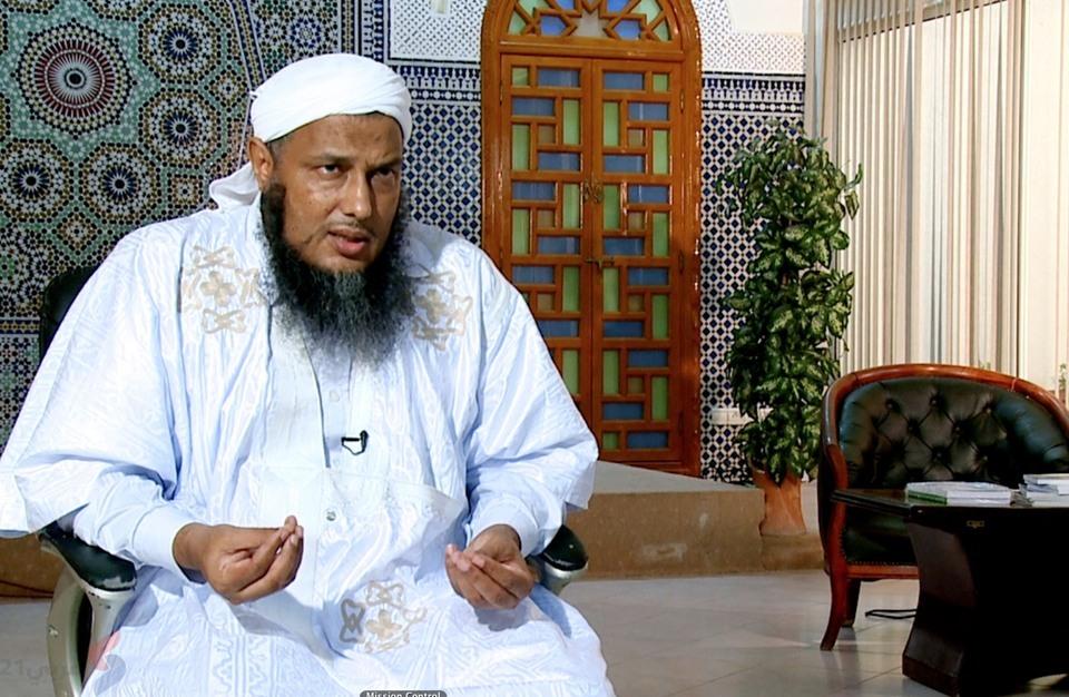 الشيخ الدوو يوضح مسألة الاقتداء بالصلاة عبر الشاشات