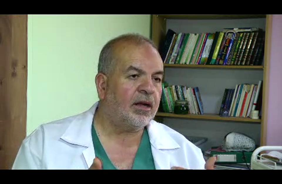 طبيب فلسطيني يعالج مرضاه بلسعات النحل الموجعة