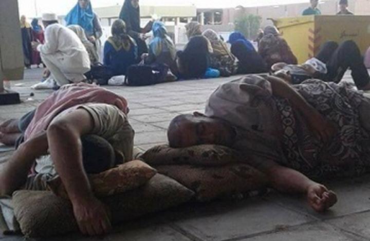حجاج أردنيون ينامون على الأرصفة بانتظار دخول السعودية (صور)