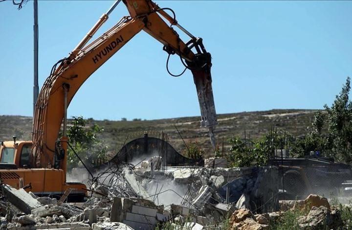 الاحتلال يجبر فلسطينيا على هدم منزله.. وصرخات لابنته (شاهد)