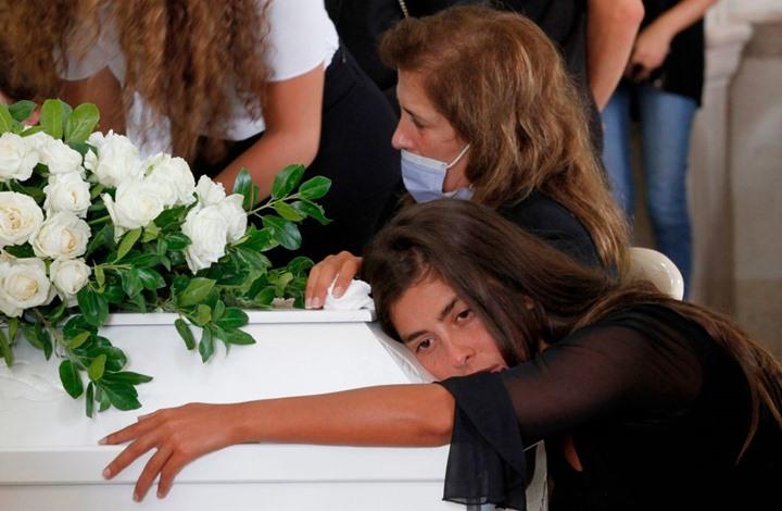 بالدموع والورود.. هكذا شيّع لبنانيون مسعفة المرفأ (شاهد)