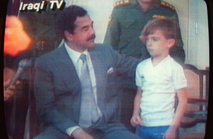 ميرور: هذه قصة الطفل الذي ركل ساق صدام حسين