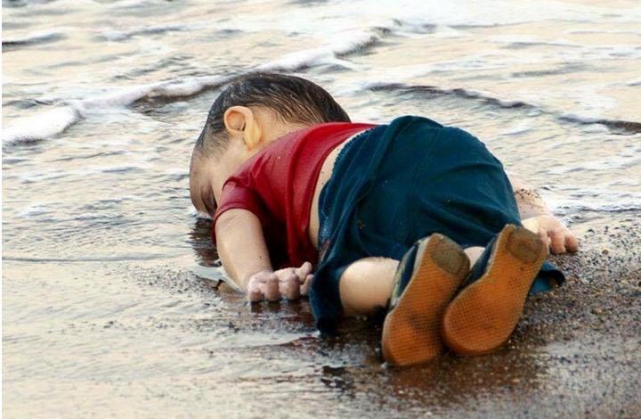 صحيفة فرنسية: صورة الطفل السوري على الشاطئ تدين العالم