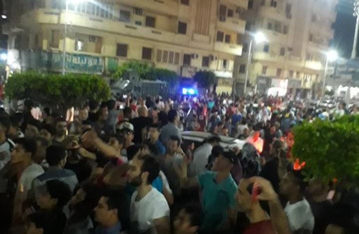 ضابط شرطة لمتظاهري دمياط: على راسنا يا رجالة